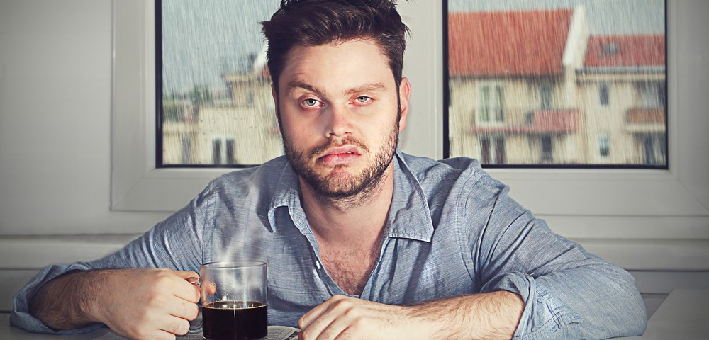 мужчина, заспанный, чашка кофе, нету сил, via shutterstock