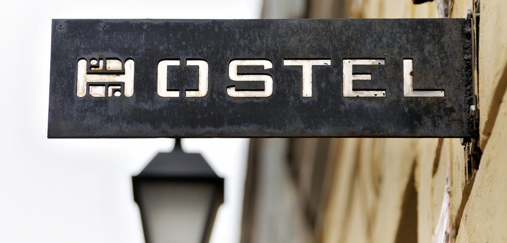 хостел, табличка, via shutterstock