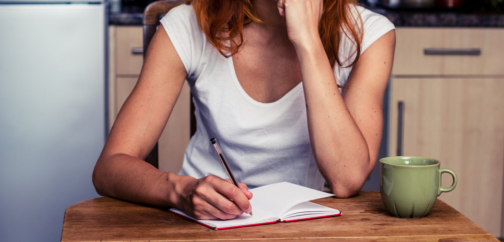 девушка пишет список, via shutterstock