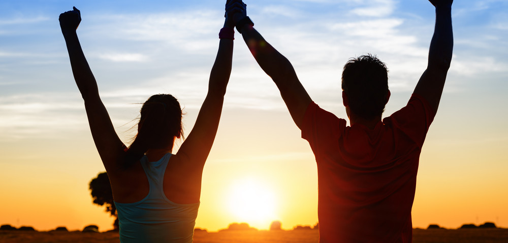 мужчина и женщина встречают рассвет, via shutterstock
