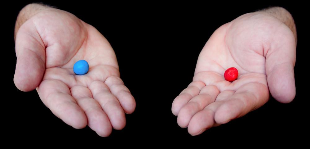 красная и синяя таблетки, via shutterstock