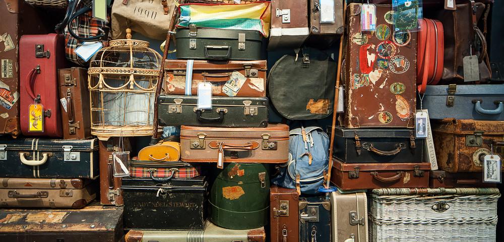 стена из сумок для путешествия, via shutterstock