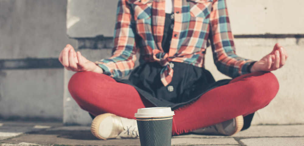 молодая девушка медитирует на улице, via shutterstock