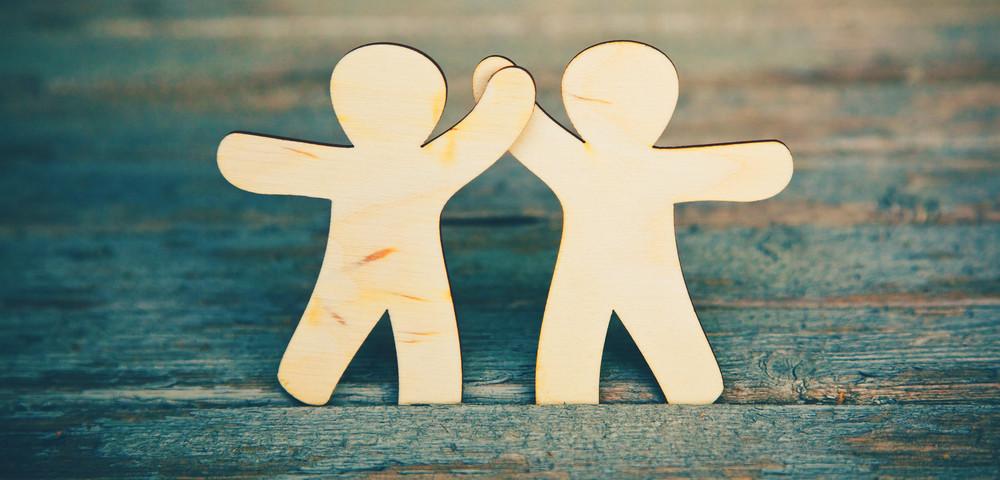 маленькие человечки держаться за руки, via shutterstock
