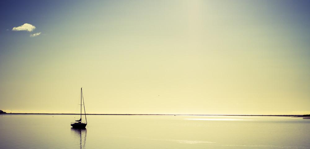 яхта среди моря, via shutterstock