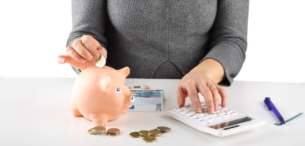 женщина ведет семейный бюджет, via shutterstock