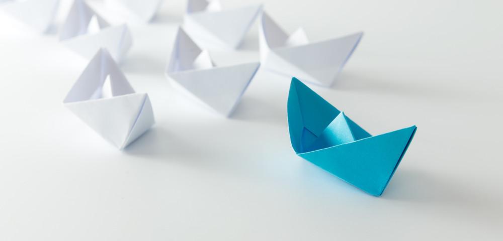 бумажный кораблик лидер, via shutterstock
