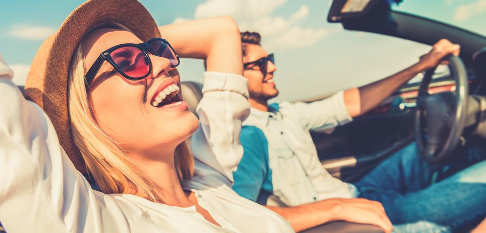 молодоя пара едет на автомобиле, via shutterstock
