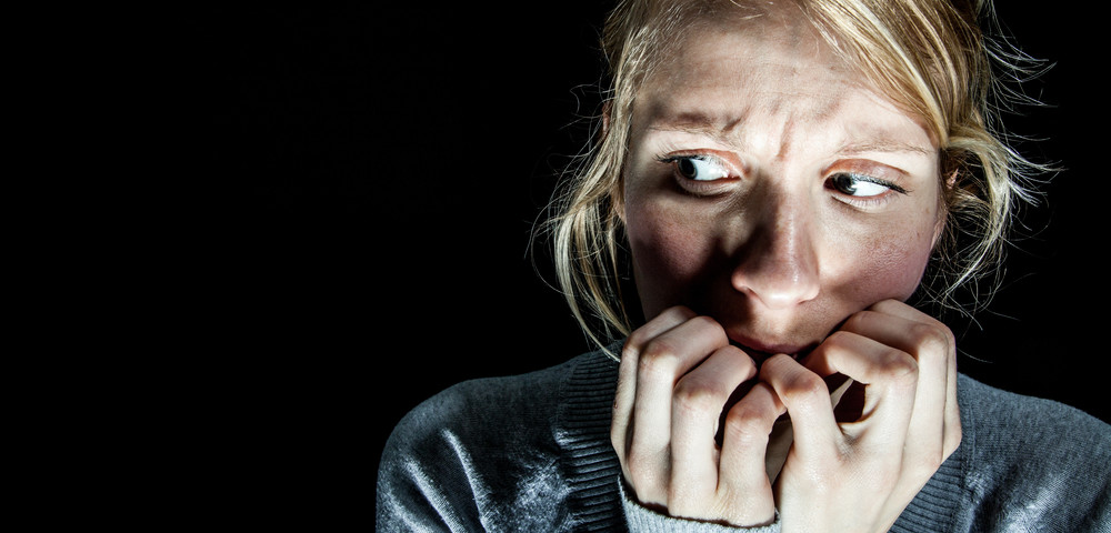 девушка в страхе, via shutterstock