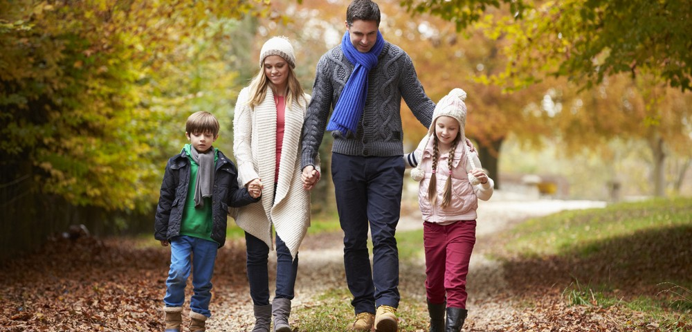 прогулка с семьей, via shutterstock