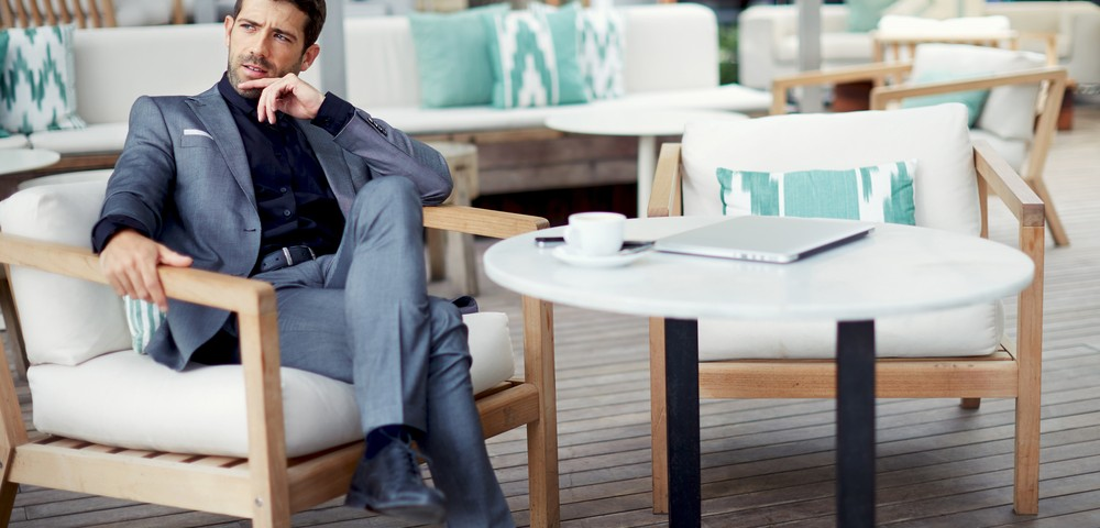 мужчина сидит за столиком, via shutterstock