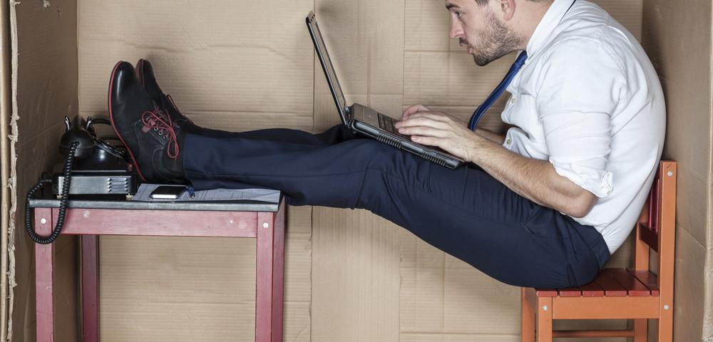 мужчина за компьютером в коробке, via shutterstock