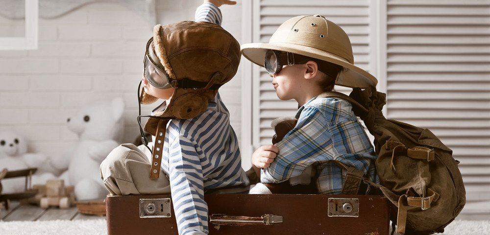дети путешественники, via shutterstock