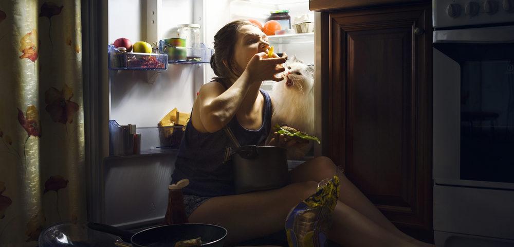 девушка возле холодильника, via shutterstock