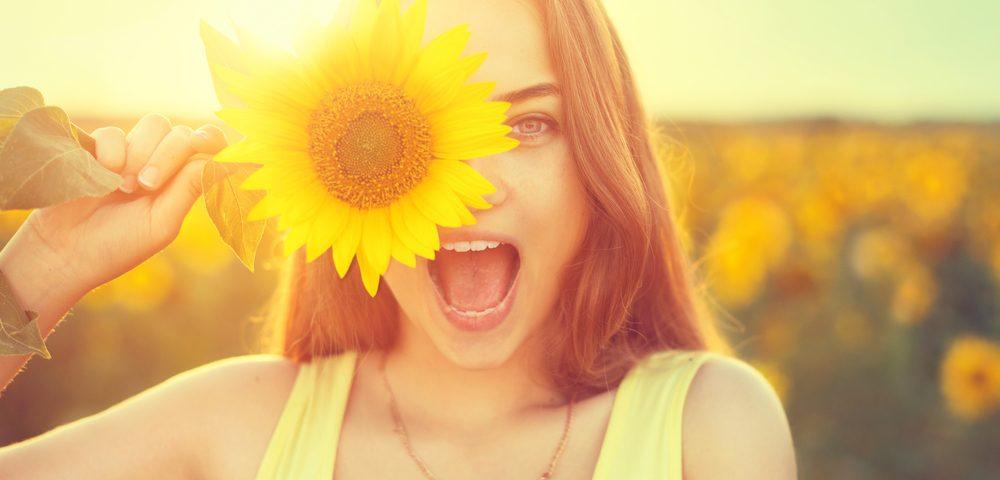 девушка, солнце, via shutterstock