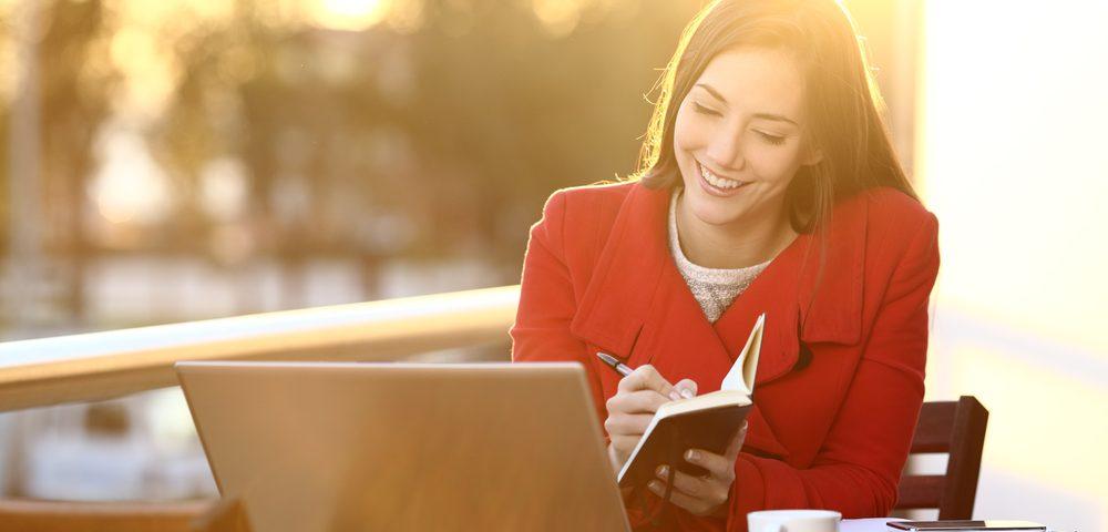 девушка сидит за ноутбуком, via shutterstock