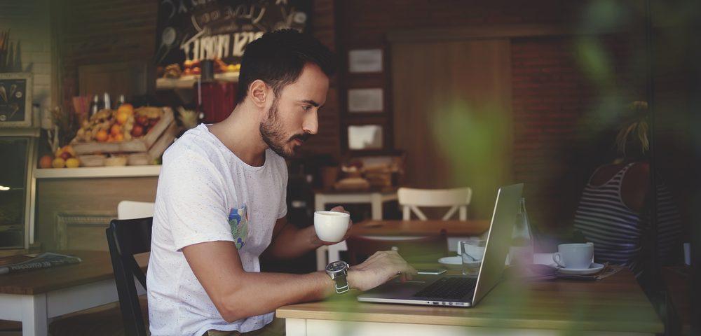 мужчина работает в кафе, via shutterstock