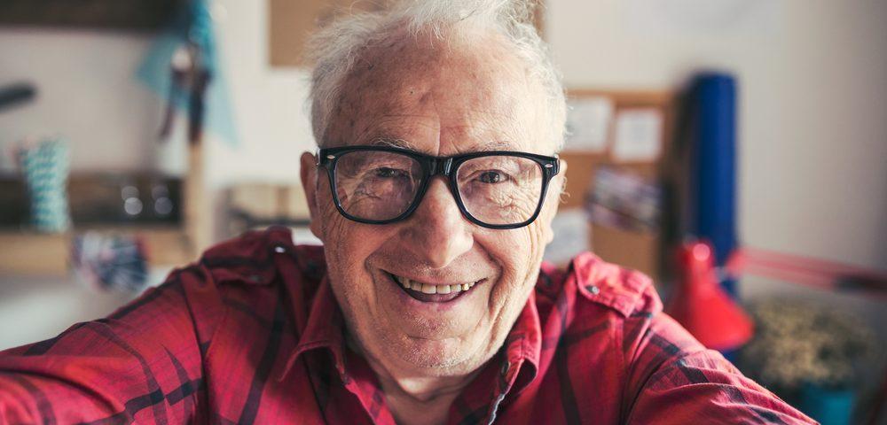 пожилой мужчина в очках, via shutterstock