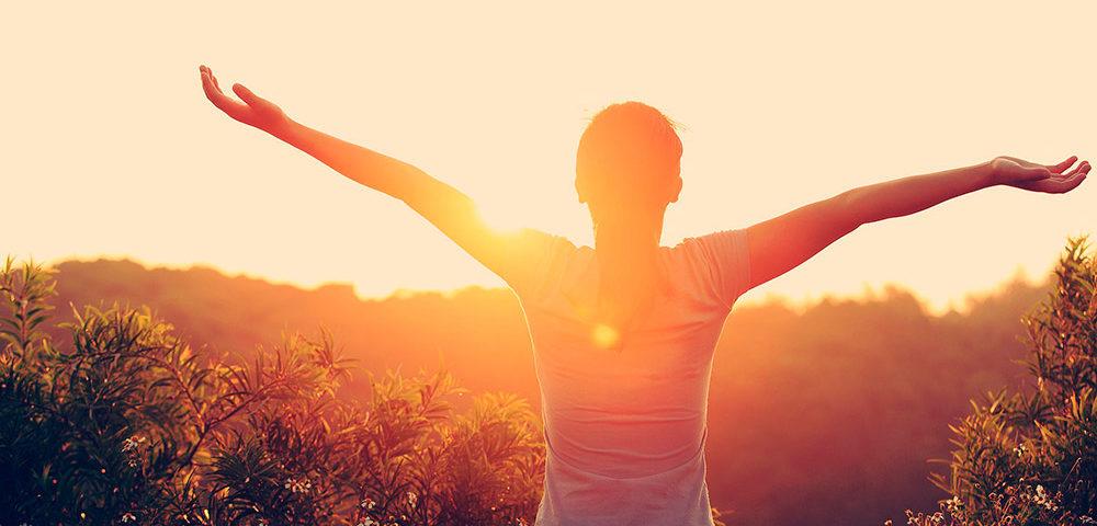Девушка перед солнцем утром