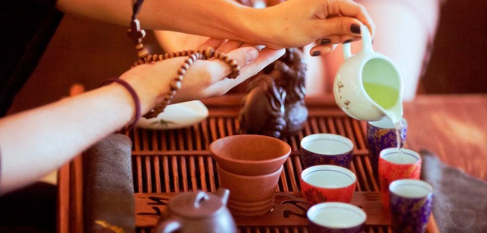 Девушка наливает чай