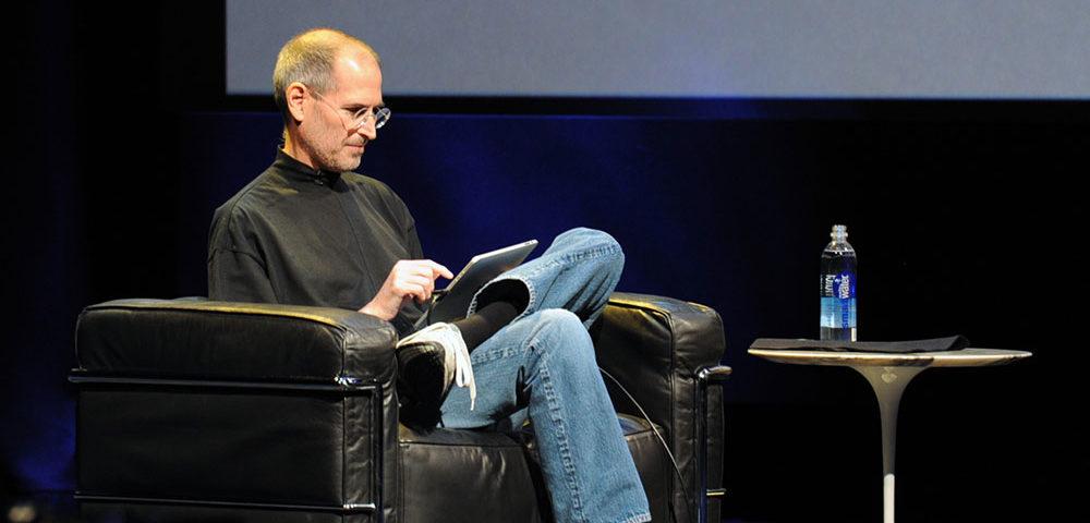Один из основателей, председатель совета директоров и CEO корпорации Apple Стив Джобс (1955-2011) был очень нестандартным и ярким человеком.